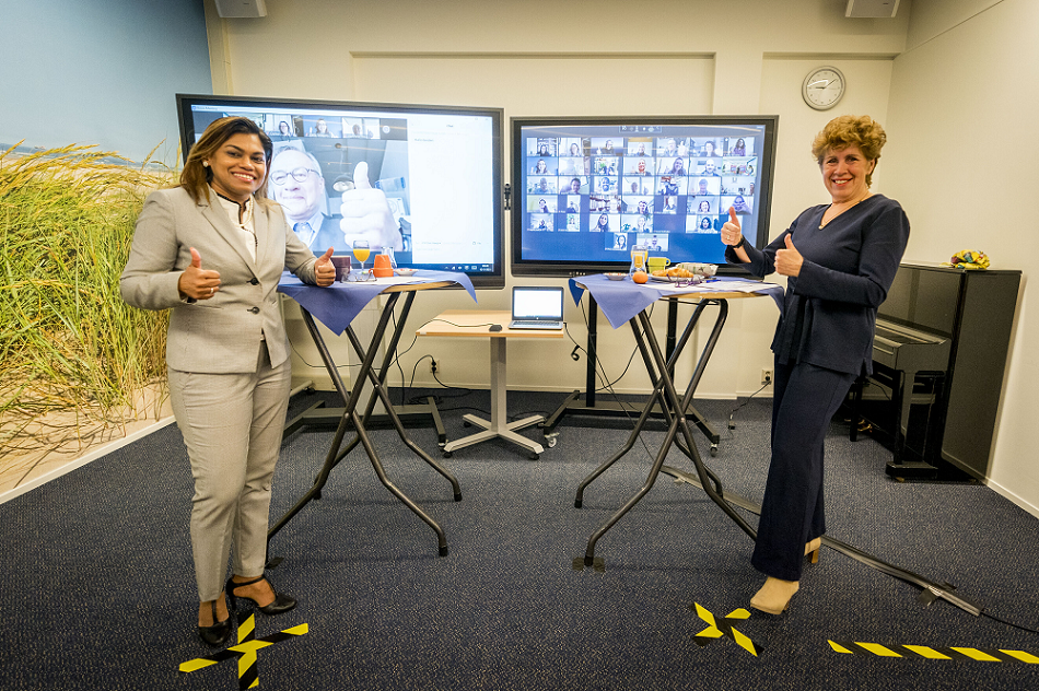 Zorgwethouder Kavita Parbhudayal en directeur Fenna Noordermeer van PEP Den Haag geven samen met 50 vrijwilligers het startsein voor het Nationaal Jaar Vrijwillige Inzet in Den Haag; foto: gemeente Den Haag/Valerie Kuypers